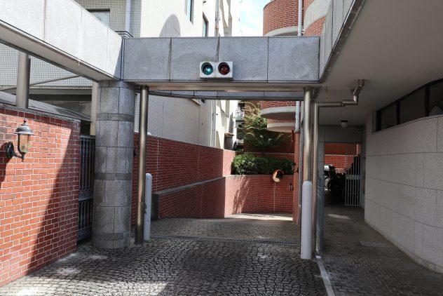 シャッター付き地下車庫入口